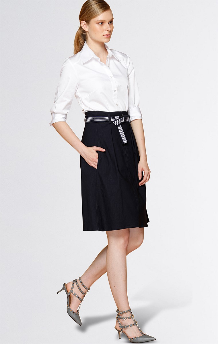 BELTED A-LINE STRETCH PLEATED KNEE LENGTH SKIRT WITH BELT IN NAVY
