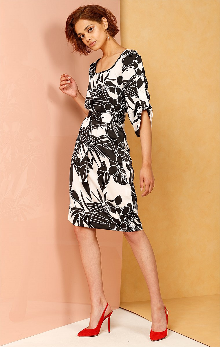 BOW BRIDGE LOOSE FIT SCOOP NECK RUCHED SLEEVE DRESS IN BLACK IVORY FLOWER PRINT