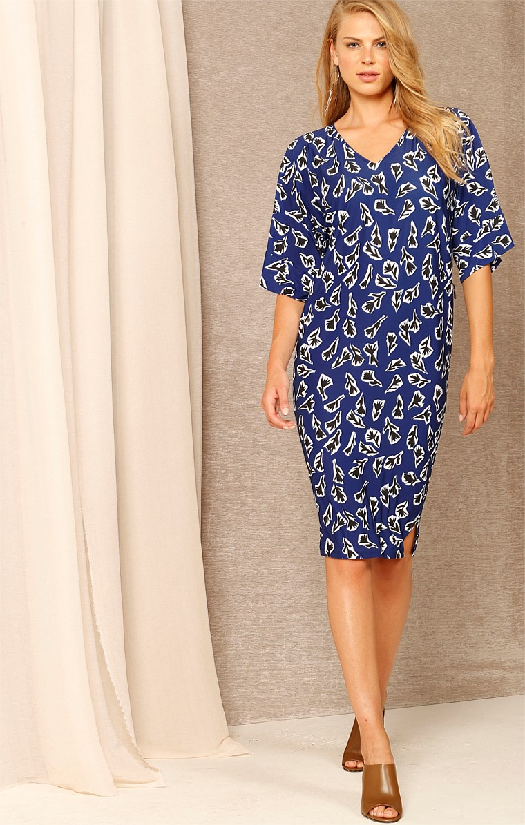TRUE LOVE REVERSIBLE STRETCH JERSEY KIMONO SLEEVE KNEE-LENGTH DRESS IN INDIGO FLORAL ABSTRACT PRINT