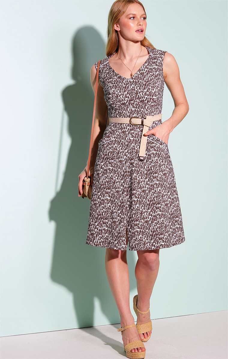 DONDON STRETCH BENGALINE V-NECK CAP SLEEVE A-LINE KNEE-LENGTH DRESS IN BROWN WHITE FERN PRINT