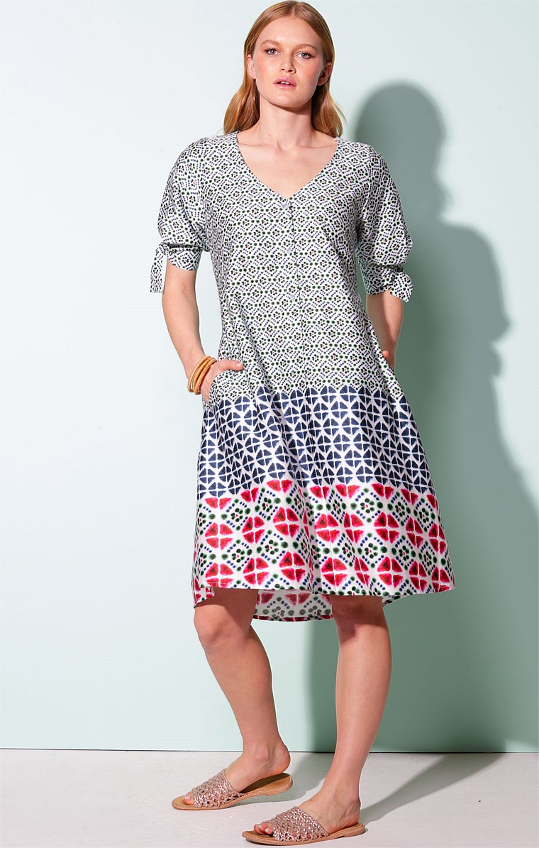 CASTRIES COTTON LOOSE-FIT V-NECK A-LINE KNEE-LENGTH SHIRTMAKER DRESS IN TIE DYE DIAMOND PRINT