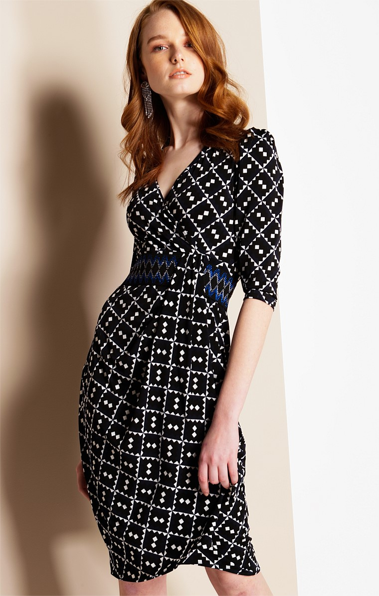 PAOLO FITTED 3/4 SLEEVE STRETCH JERSEY V-NECK KNEE LENGTH DRESS IN NAVY BLACK DIAMOND PRINT
