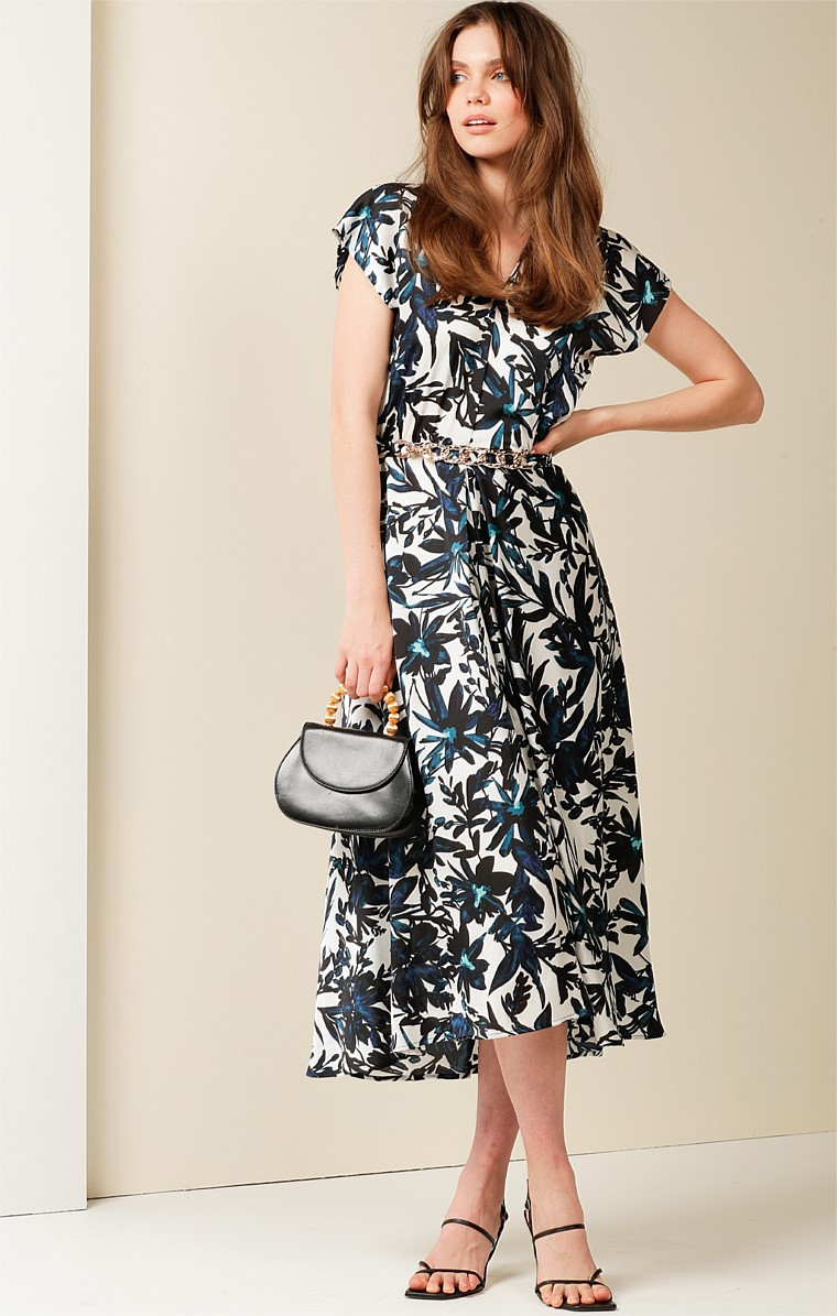 HOUSEBOAT FIT AND FLARE CAP SLEEVE V-NECK MIDI DRESS IN NAVY WHITE FLORAL PRINT