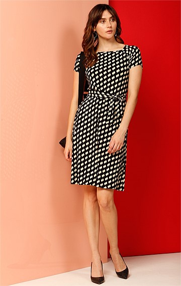 INSCOPE ARCH CAP SLEEVE STRETCH JERSEY SHIFT DRESS IN BLACK CREAM PRINT