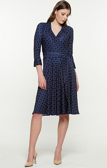 GABRIELLA 3/4 SLEEVE STRETCH V-NECK KNEE-LENGTH COLLARED WRAP DRESS IN GOLD NAVY DIAMOND PRINT