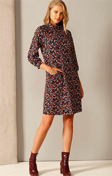 LOVELY DAY HIGH-NECK LOOSE-FIT KNEE-LENGTH SHIFT DRESS IN MULTI LEAF PRINT