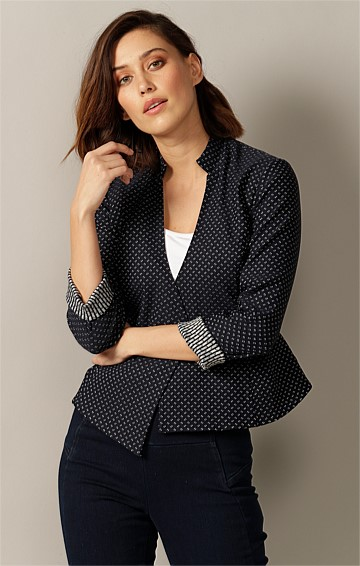 ADALITA 3/4 SLEEVE STRETCH WOVEN JACQUARD TAILORED BUTTON FRONT JACKET IN NAVY IVORY SPOT