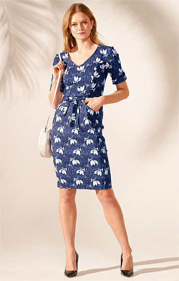 POTSDAM 3/4 SLEEVE FITTED STRETCH BENGALINE V-NECK KNEE LENGTH DRESS IN NAVY WHITE FLOWER PRINT