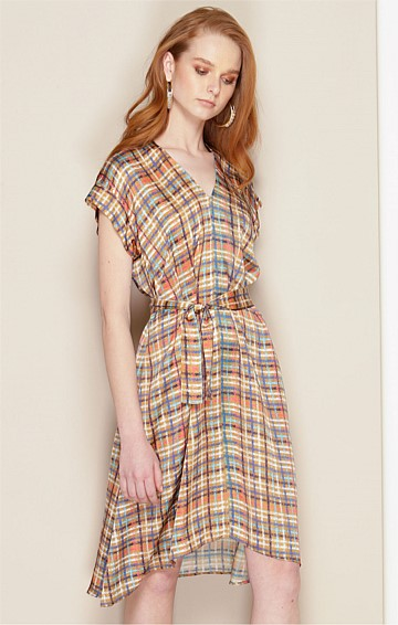 ONASSIS LOOSE FIT CAP SLEEVE V-NECK KNEE LENGTH SHIFT DRESS IN TAN MULTI CHECK PRINT