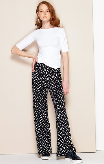 SEAMLESS STRETCH JERSEY WIDE LEG PANT IN NAVY BLACK DIAMOND PRINT