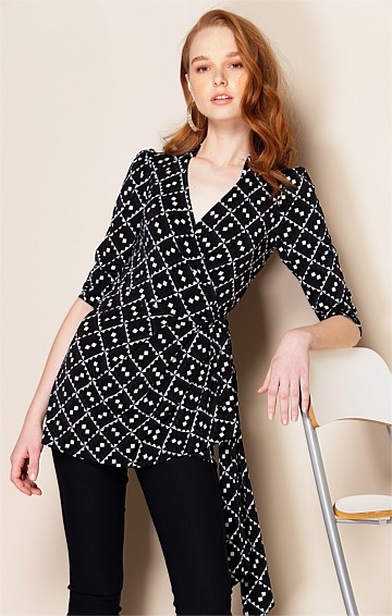 PIER 3/4 SLEEVE STRETCH V-NECK WRAP TUNIC IN NAVY BLACK DIAMOND PRINT