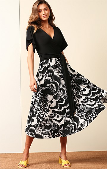 PECK FLUTED CAP SLEEVE V-NECK A-LINE MIDI DRESS IN TEXTURED BLACK WHITE FLOWER PRINT