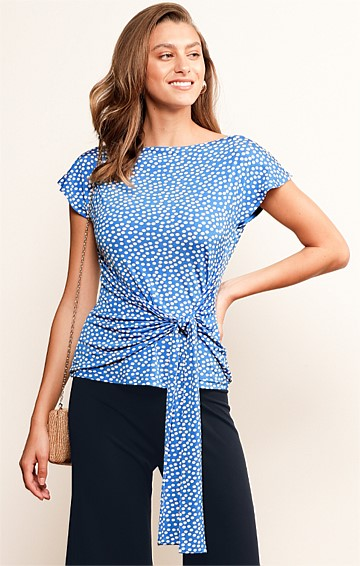 DOTTI CAP SLEEVE REVERSIBLE STRETCH JERSEY TOP IN SKY SPOT PRINT