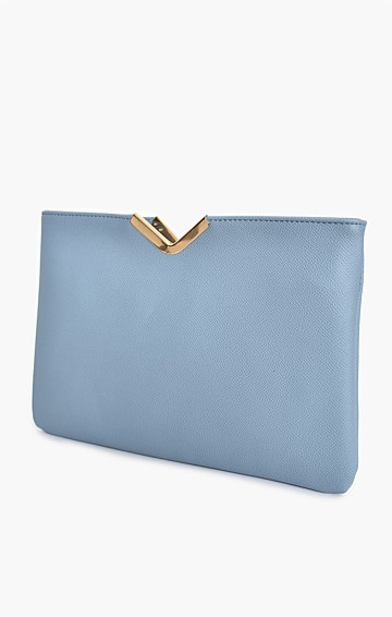 TEXTURED V-DETAIL CLUTCH WITH CHAIN STRAP IN BLUE