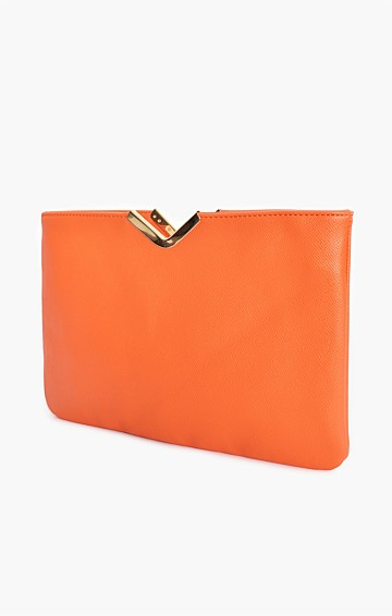 TEXTURED V-DETAIL CLUTCH WITH CHAIN STRAP IN ORANGE