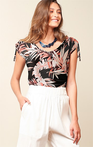STRADBROKE STRETCH JERSEY CAP SLEEVE SCOOP NECK LOOSE FIT TOP IN PEACH PALM PRINT