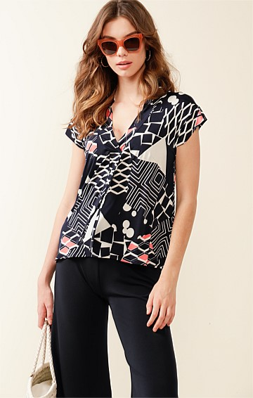 STORY BRIDGE STRETCH JERSEY CAP SLEEVE V-NECK LOOSE FIT TOP IN NAVY WHITE PINK ABSTRACT PRINT