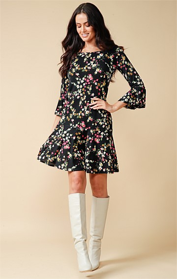 FABRICE 3/4 SLEEVE STRETCH JERSEY BOAT-NECK KNEE LENGTH A-LINE SHIFT DRESS IN BLACK PINK DAISY